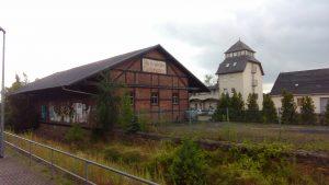 Alle Kraft  dem Fünfjahrplan - So steht es heute noch im Giebel eines Gebäudes am Bahnhof Bad Lausick