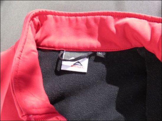 Etikett im Kragen der McKinley Softshelljacke