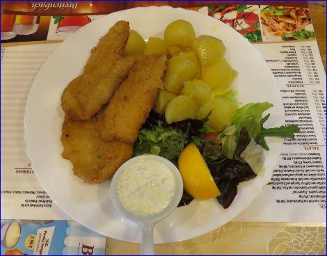 Paniertes Fishfilet mit gekochten Kartoffeln
