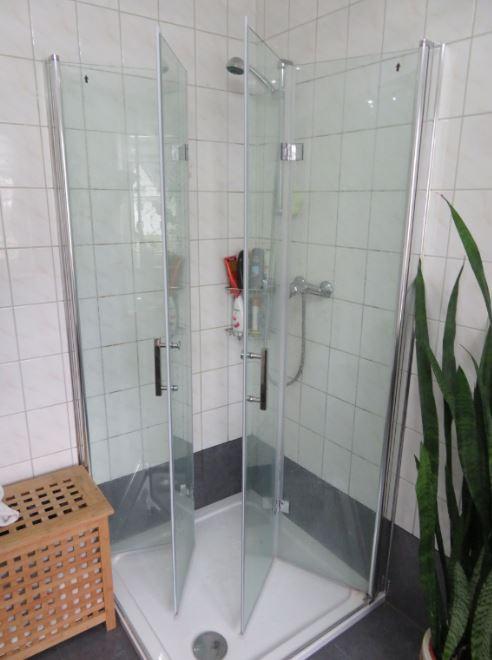 Unsere im bernstein-badshop gekaufte Eckduche aus Glas.