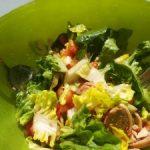 Salat mit Tomaten Zwiebeln und Schinkenröllchen