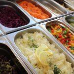 Die Salatbar für Salat- und Gemüsebüffets im Restaurant und Supermarkt
